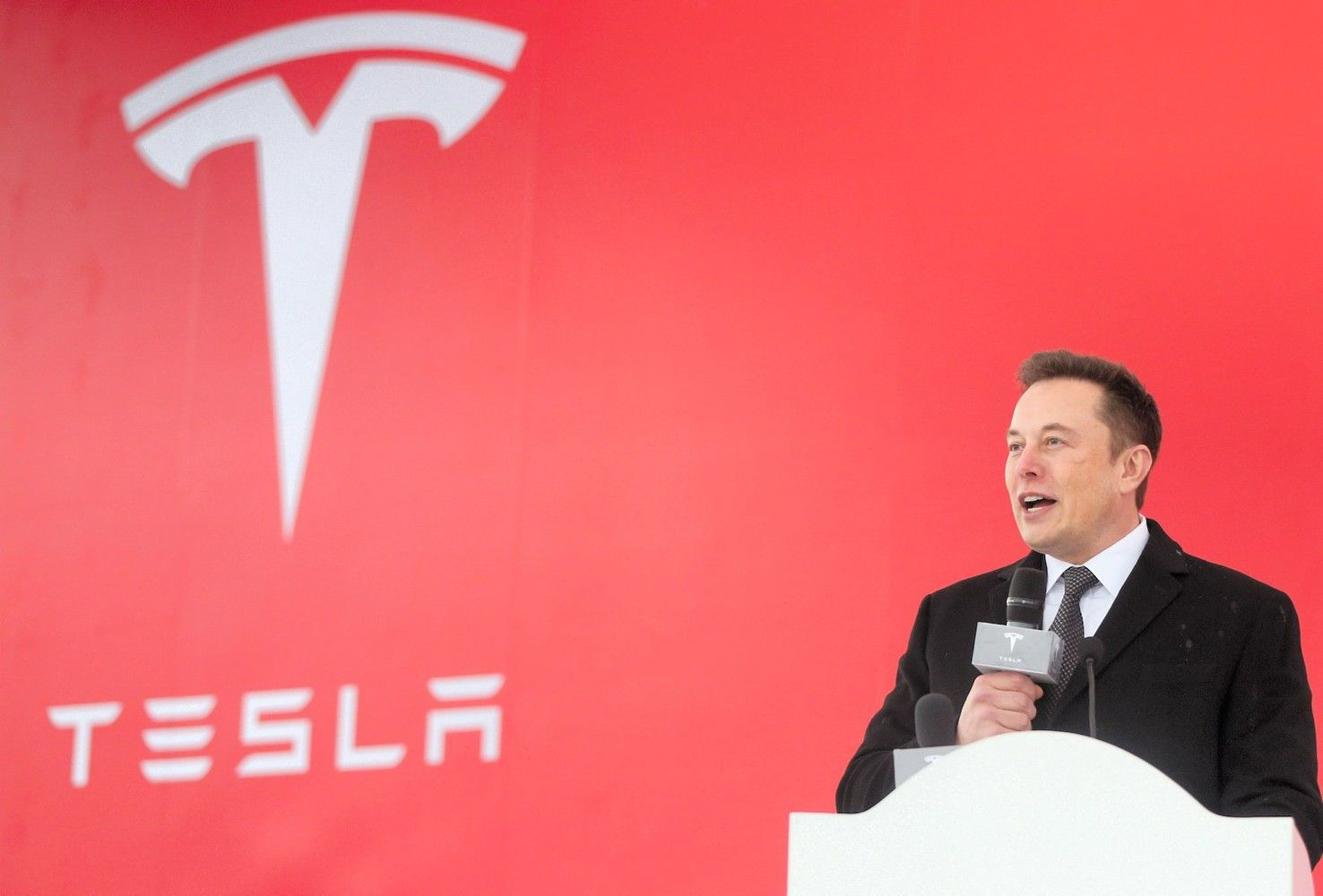 """""""Tesla"""" naikina 3.000 darbo vietų"""