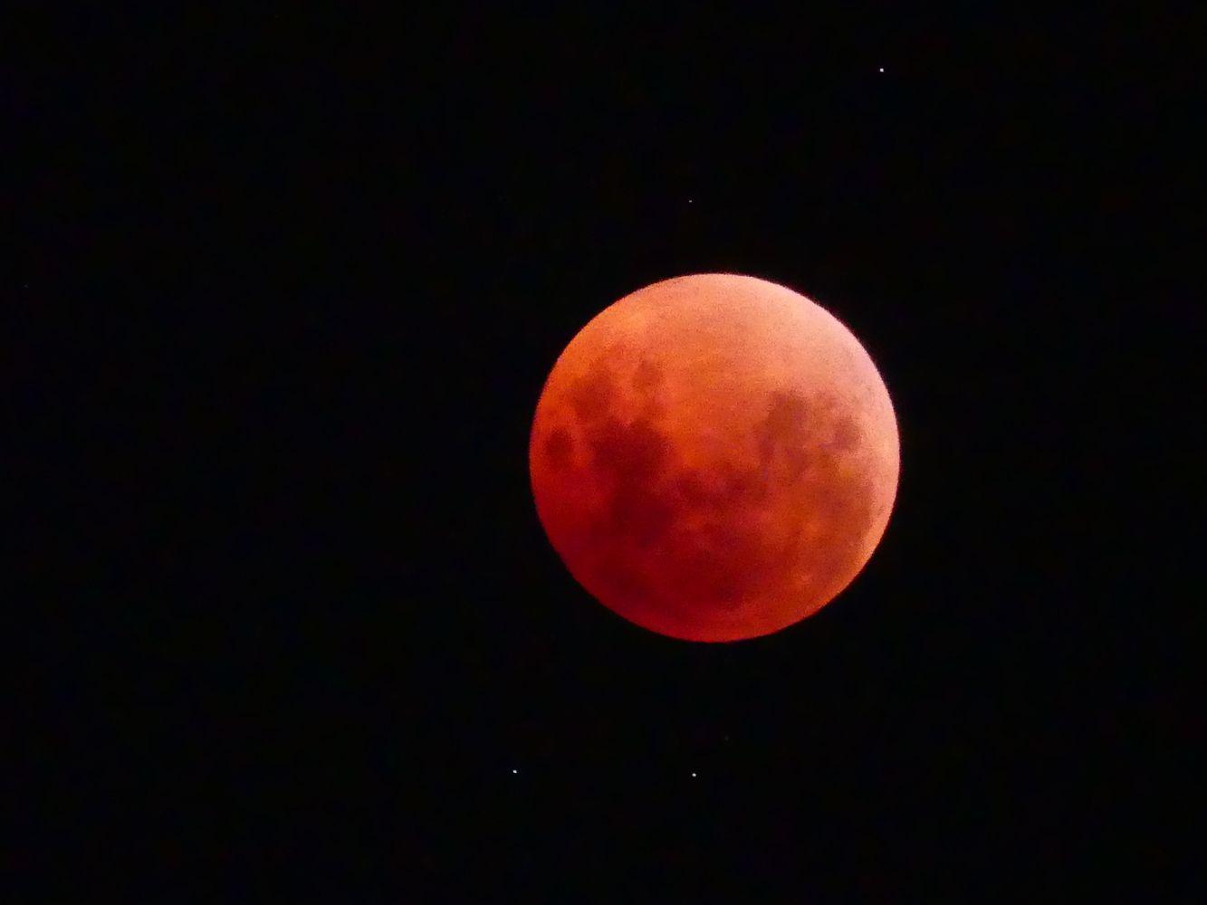 """Pirmadienio rytą patekėjo """"kruvinasis Mėnulis"""""""