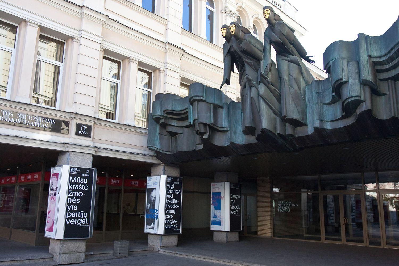 Įvažiavimą į teatro kiemą susiaurinusiems statybininkams teismas nurodė jį atstatyti