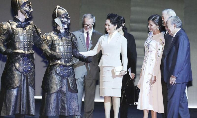 """Pasaulinė Roberto Wilsono režisuotos operos """"Turandot"""" premjera lapkritį vyko Madrido Karališkame teatre. Tuomet atlikėjus pasveikino Kinijos prezidento Xi Jinpingo žmona Peng Liyuan ir Ispanijos karalienė Letizia. """"Sipa"""" / """"Scanpix"""" nuotr."""