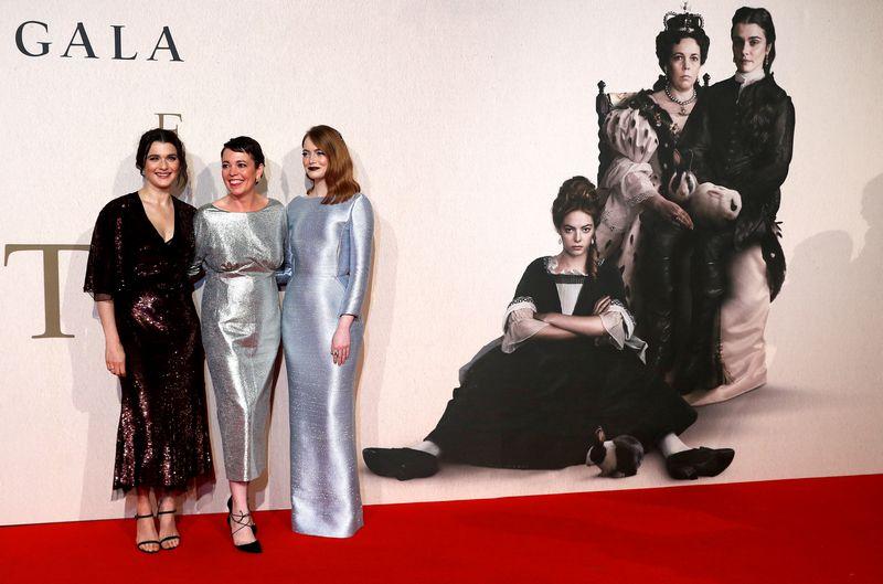 """""""Oskaro"""" statulėlėms nominuotos visos trys pagrindinės filmo """"Favoritė"""" aktorės: Rachel Weisz (kairėje) ir Emma Stone(dešinėje) tapo geriausios antrojo plano aktorės nominantėmis, o britų aktorė Olivia Colman pretenduoja gauti geriausios aktorės statulėlę. Peterio Nichollso (""""Reuters"""" / """"Scanpix"""") nuotr."""