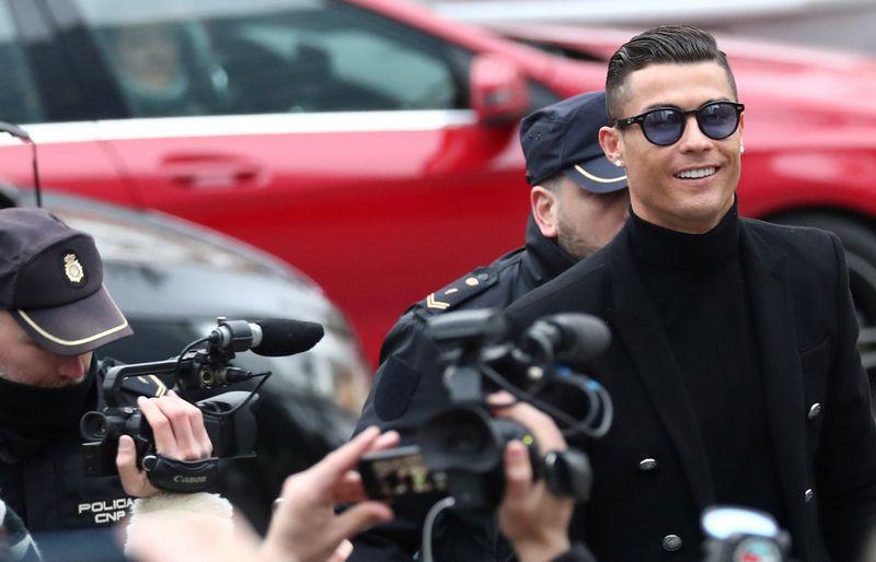 """Madrido teismo pastatą p. Ronaldo po pasiekto susitarimo paliko šypsodamasis. """"Reuters"""" / """"Scanpix"""" nuotr."""