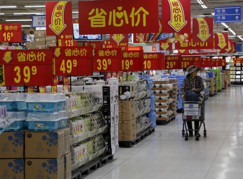 """Kinijos vartotojai užsienio produkciją vertina labiau nei vietos gamintojų. Kim Kyung-HoonO (""""Reuters"""" / """"Scanpix"""") nuotr."""