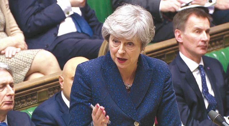 """Per pastarąsias savaites Theresai May, JK premjerei, tenka apginti savo """"Brexit"""" viziją Bendruomenių rūmuose. (""""Reuters"""" / """"Scanpix"""") nuotr."""