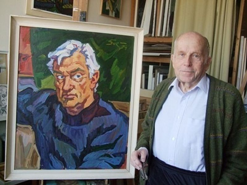 """Tapytojas Eugenijus Survila (1925–2019) su nutapytu aktoriaus Algimato Masiulio portretu. """"kamane.lt"""" nuotr."""
