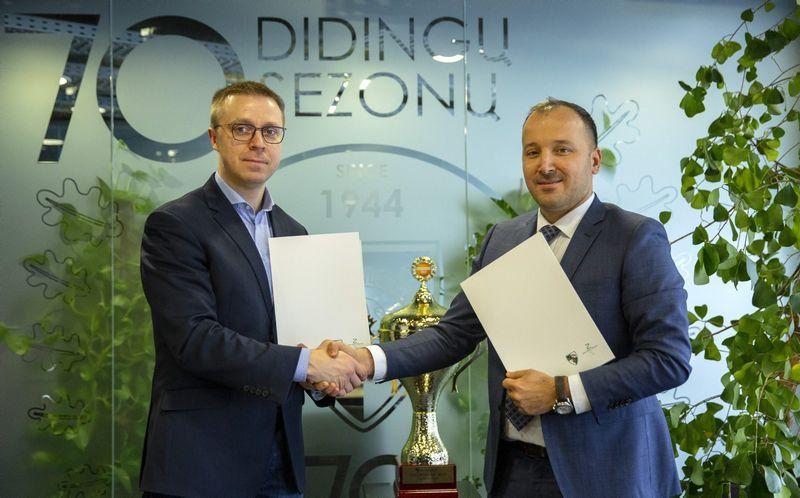 """Rėmimo sutartį pasirašė Andrzej Krop (dešinėje), """"Vestel Poland"""" Lenkijos padalinio vykdomasis direktorius, ir Paulius Motiejūnas, Kauno """"Žalgirio"""" krepšinio komandos direktorius."""