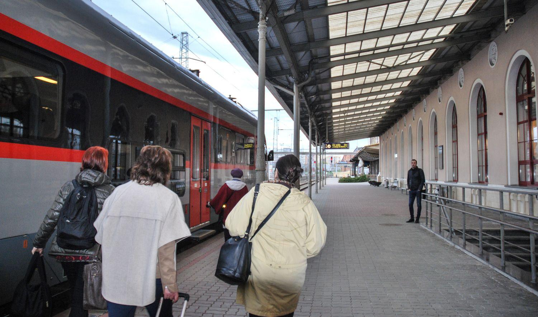 """Verslo atstovus piktina """"Lietuvos geležinkelių"""" planai stotyse kurti maisto parduotuves"""