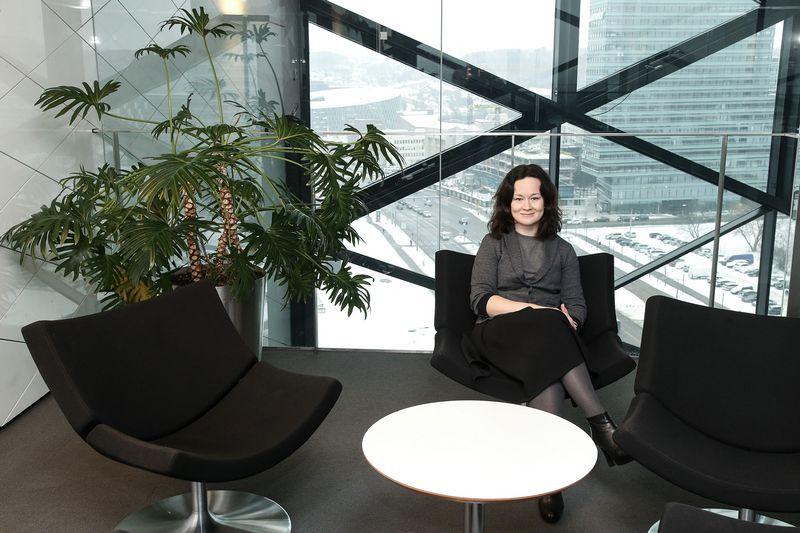 """Milda Autukaitė, """"Swedbank"""" personalo tarnybos vadovė, sako, kad """"minkštosios"""" kompetencijos matricoje yra pačios """"kiečiausios"""" ir nulemiančios transformacijos sėkmę. Vladimiro Ivanovo (VŽ) nuotr."""