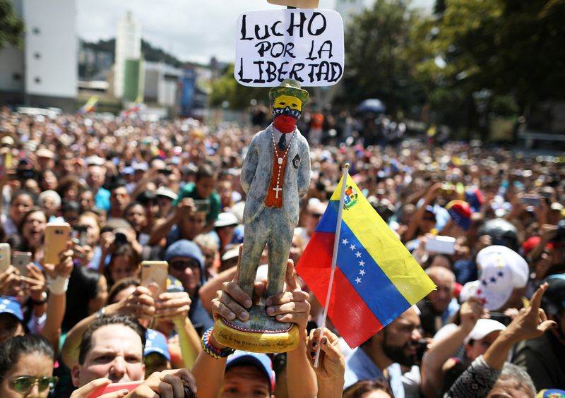 """Venesueloje kilusi politinė suirutė iškart padalijo didžiąsias galias į dvi stovyklas. Andreso Martinezo-Casareso (""""Reuters"""" / """"Scanpix"""") nuotr."""