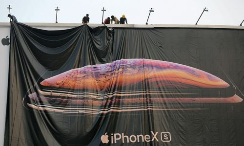"Pardavimams smunkant ""Apple"" pigina ""iPhone"""