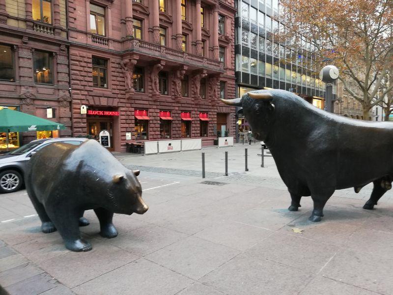 Bulius ir meška, akcijų rinkos simboliai, Frankfurtas. Pauliaus Čiulados (VŽ) nuotr.