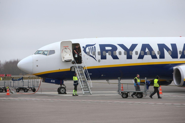 """Apie nuostolius paskelbusi """"Ryanair"""" prognozuoja mažesnes skrydžių kainas"""