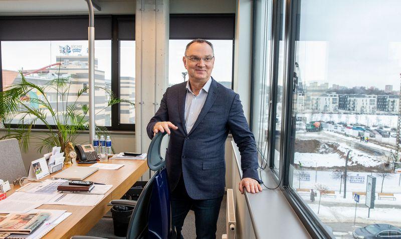 """Sigitas Paulauskas, """"VMG Holdings"""" stebėtojų tarybos pirmininkas: """"CLT plokštes galima prilyginti gelžbetoninėms – jos gali būti naudojamos tiek pertvaroms, tiek perdangoms, tiek stogams."""" Juditos Grigelytės (VŽ) nuotr."""