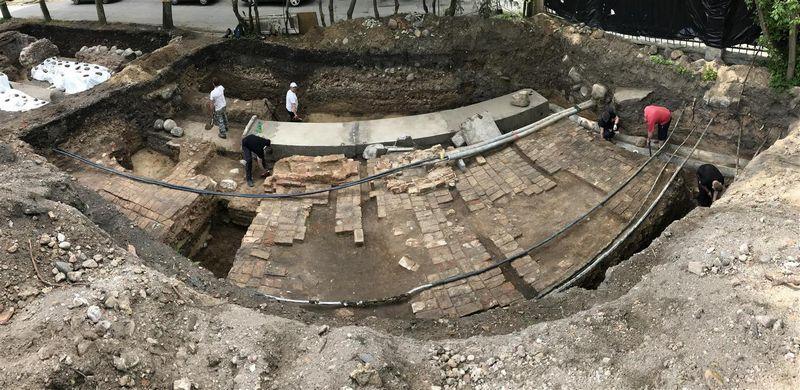 Archeologų atkastų Radvilų rūmų grindinio ir krosnies fragmentai. Igno Sadausko nuotr.