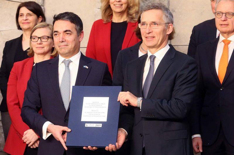 """Šiaurės Makedonijos užsienio reikalų ministras Nikola Dimitrovas (kairėje) ir NATO generalinis sekretorius Jensas Stoltenbergas. Francois Walschaertso (""""AFP"""" / """"Scanpix"""") nuotr."""
