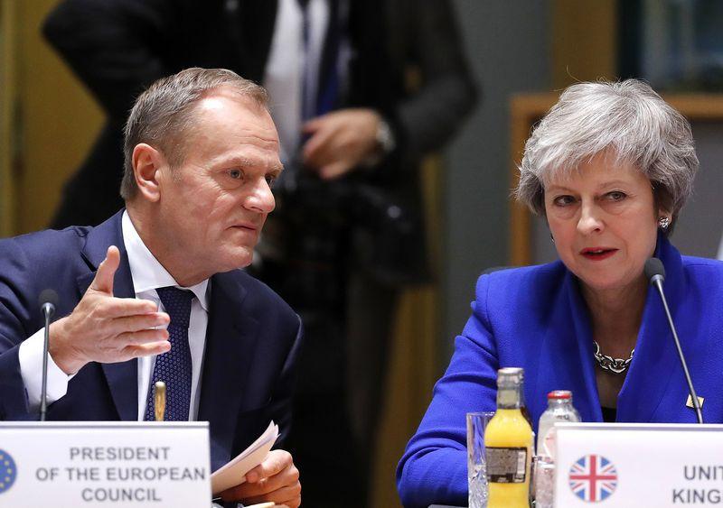 """Donaldas Tuskas, Europos Vadovų Tarybos pirmininkas, ir Theresa May, JK premjerė. Olivier Hoslet (AP / """"Scanpix"""") nuotr."""