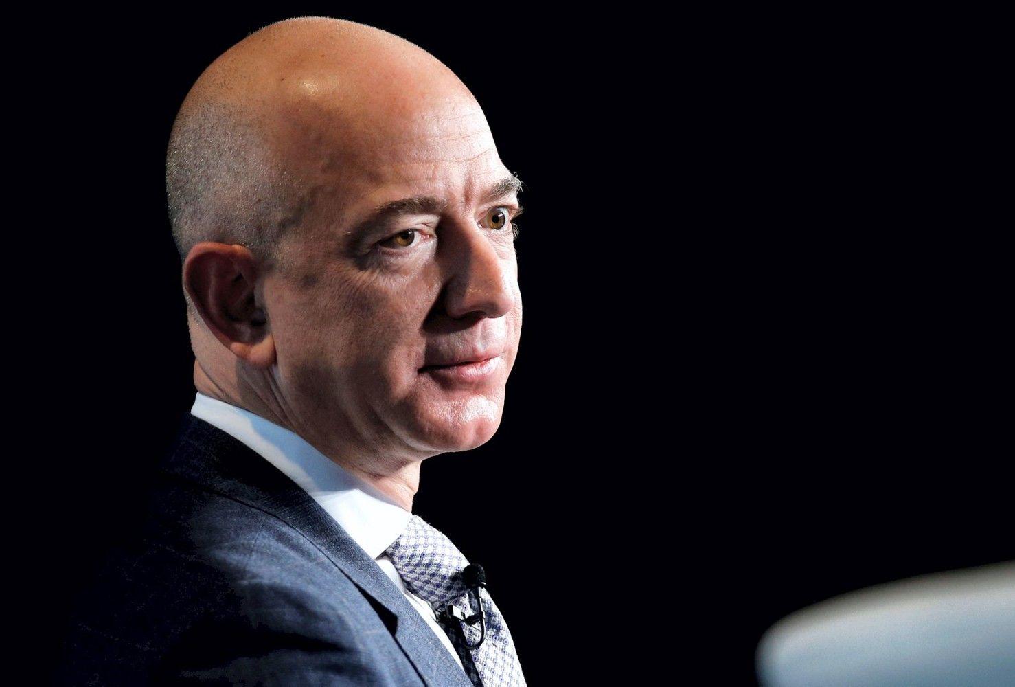 """Bulvarinis leidinys bandė šantažuoti """"Amazon"""" vadovą, jis nepasidavė"""