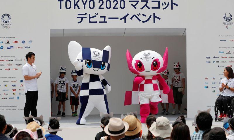 """2020 m. vyksiančių Tokijo olimpinių žaidynių nugalėtojai pasipuoš iš perdirbto metalo nulietais medaliais. Nuotraukoje – būsimųjų olimpinių žaidynių simbolis Miraitowa ir paraolimpinių žaidynių simbolis Someity. Kim Kyung-Hoon (""""Reuters"""" / """"Scanpix"""") nuotr."""