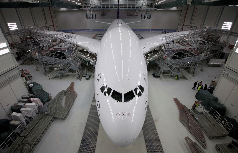 """Lūžis aviacijoje: """"Airbus"""" atsisako didžiausių pasaulyje keleivinių lėktuvų gamybos"""