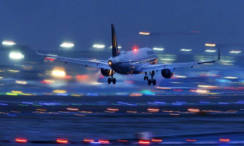 """Dažnai lėktuvo bilietas ilgesniu maršrutu su persėdimu kainuoja mažiau nei bilietas tik iki persėdimo taško. Michaelo Probsto """"Reuters"""" / """"Scanpix"""" nuotr."""