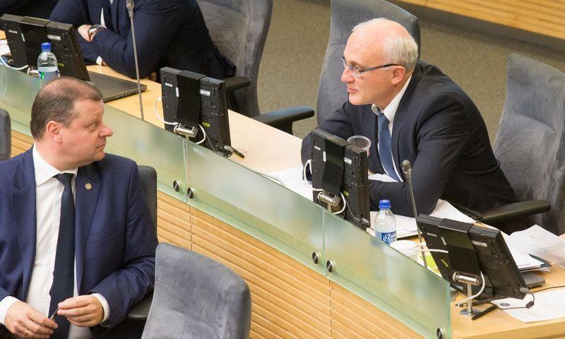 """Stasys Jakeliūnas (nuotr. dešinėje), Seimo Biudžeto ir finansų komiteto vadovas, teigia ir su premjeru Sauliumi Skverneliu aptaręs """"Revolut"""" reikalus. Juditos Grigelytės (VŽ) nuotr."""