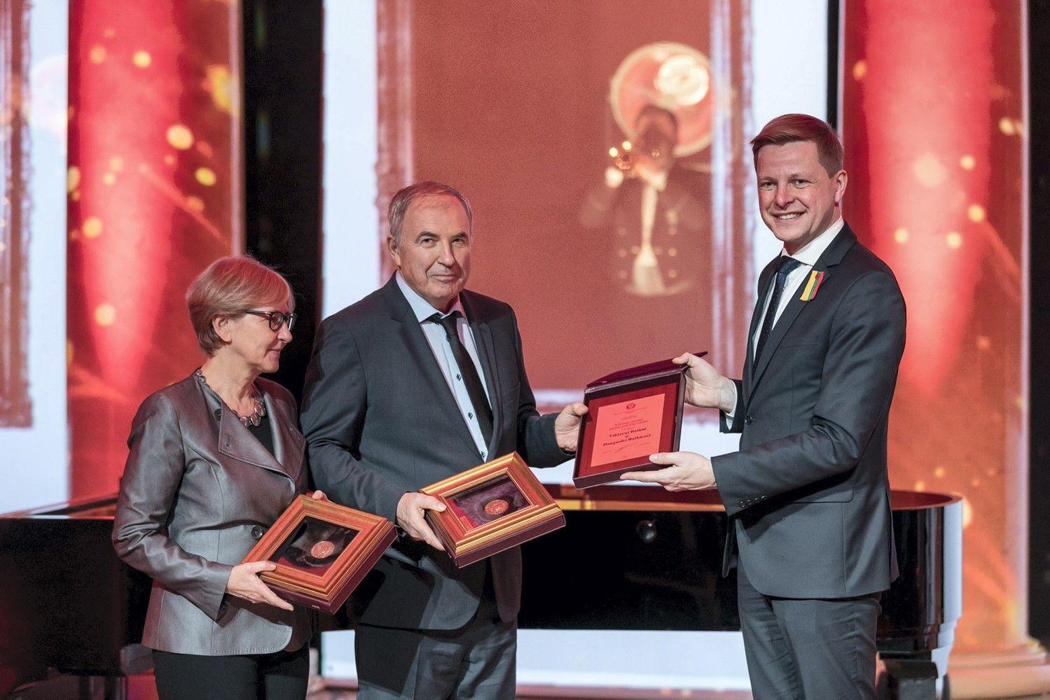 Rotušėje Butkams įteiktos Vilniaus garbės piliečių regalijos