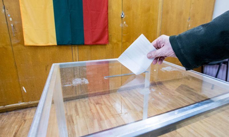 Gegužės 12-ąją atėję į balsavimo apylinkę galite paimti tik vieną arba du balsavimo biuletenius, nors jums bus siūloma imti iš viso tris. Juditos Grigelytės (VŽ) nuotr.