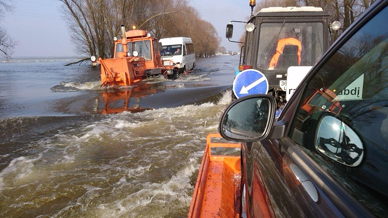 Kelyje Rusnė– Šilutė pakilo vandens lygis, nutrauktas transporto kėlimas