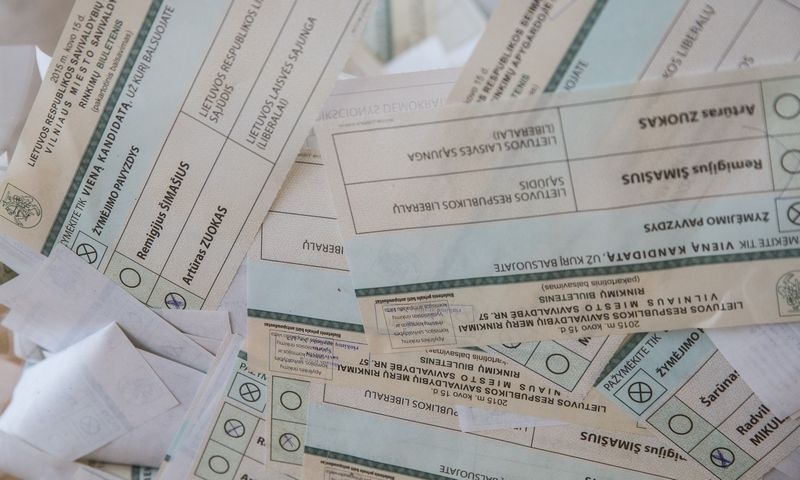 Nuo šiol rinkimų dieną nebebus įmanoma pamatyti, už balsavo piliečiai rinkimuose - permatomos balsadėžės bus apklijuotos matinėmis plėvelėmis. Juditos Grigelytės (VŽ) nuotr.