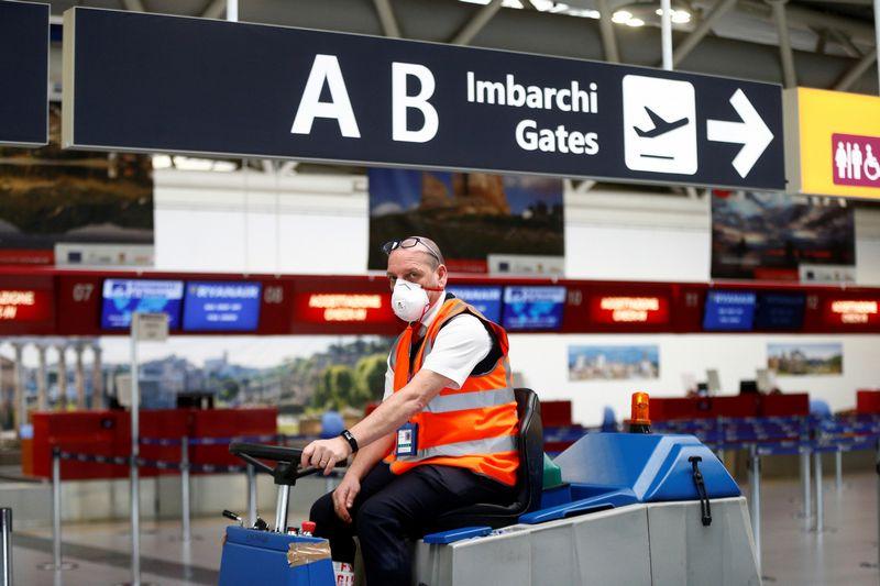 """Gaisras Čampino oro uoste pusdieniui sutrikdė jo veiklą. """"Reuters"""" / """"Scanpix"""" nuotr."""