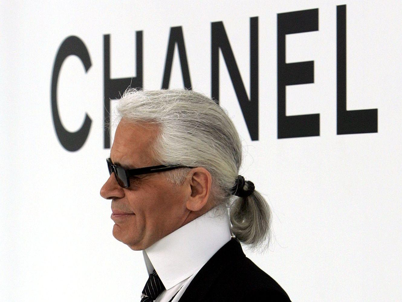"""Mirė mados namų """"Chanel"""" vyriausiasis dizaineris K. Lagerfeldas"""