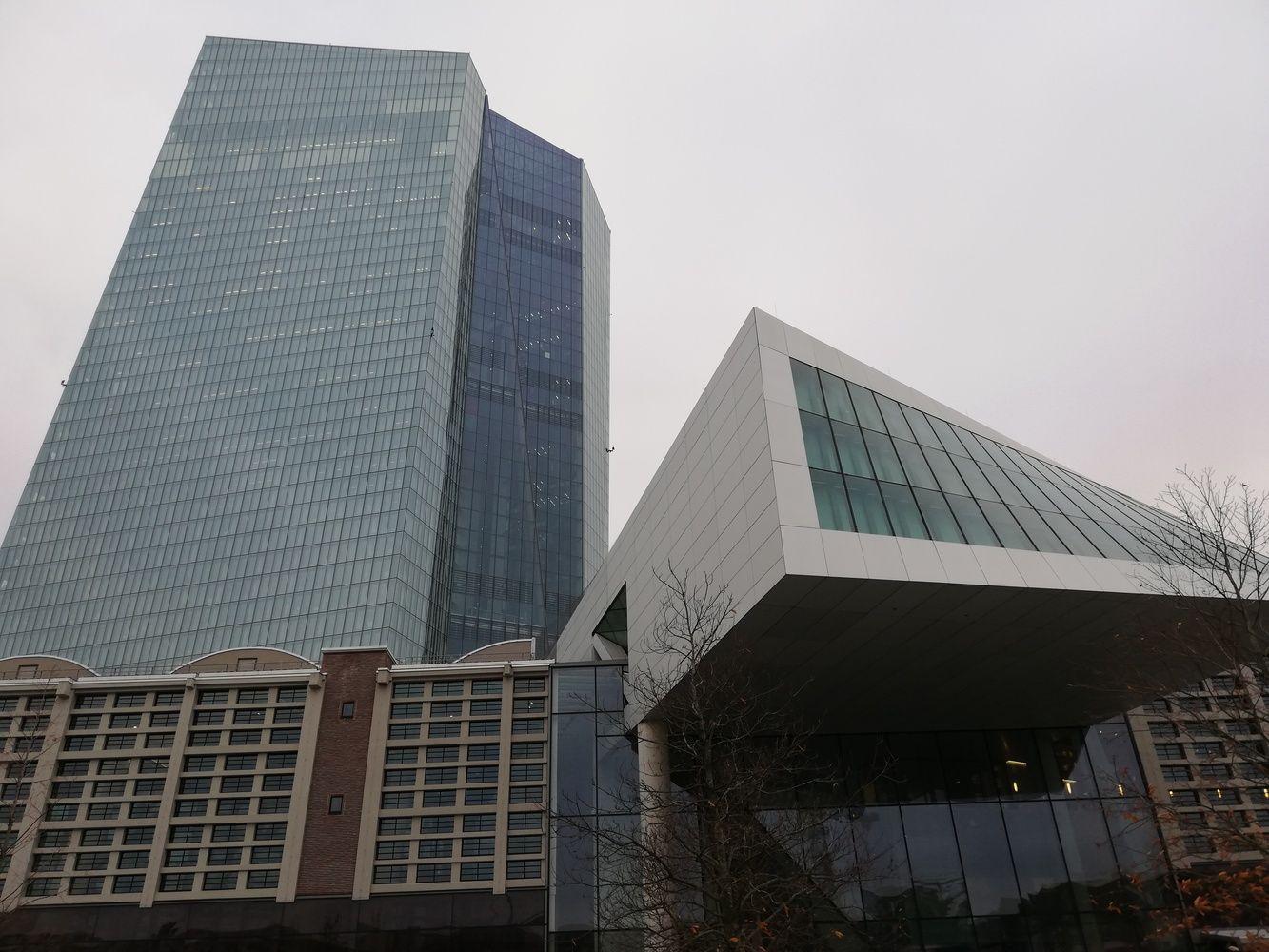 ECB atstovai siunčia ženklus, kad palūkanų kėlimo šiemet nebus