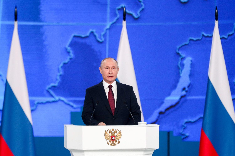 Krentant reitingams V. Putinas skaito metinį pranešimą