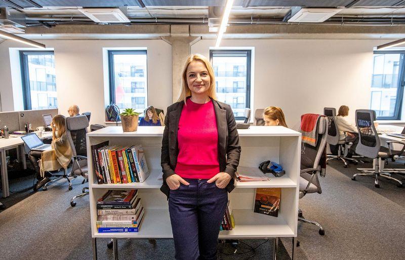"""Šimtaprocentinis vieno žmogaus dėmesys vienai kompanijai davė didelį rezultatą, pasakoja Lauryna Girėnienė, vadovaujanti atrankos agentūrai """"HR Factory"""". Juditos Grigelytės (VŽ) nuotr."""