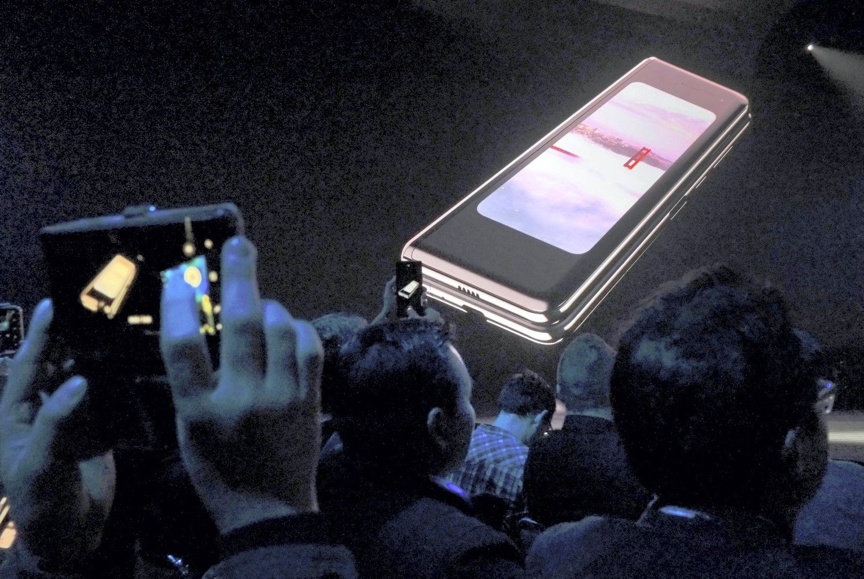 """""""Samsung"""" pristatė savo pirmąjį sulankstomą išmanųjį telefoną"""