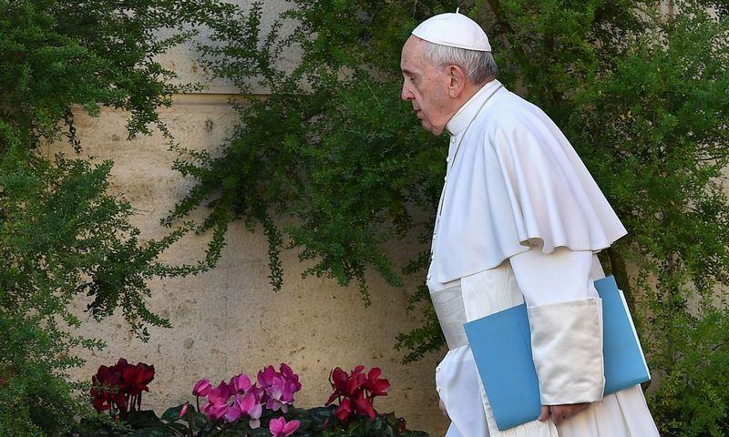"""Popiežius Pranciškus atvyksta į dvasininkijos viršūnių susitikimą, kuriame bus mėginama ieškoti išeičių iš bažnyčią krečiančios seksualinio išnaudojimo krizės.  Vincenzo Pinto (""""AFP"""" / """"Scanpix"""")  nuotr."""