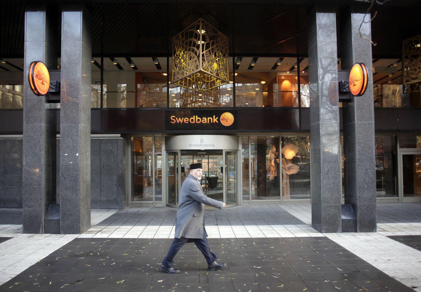 """""""Swedbank"""" pinigų plovimo skandalas: kelia rusiškos rankos versiją"""