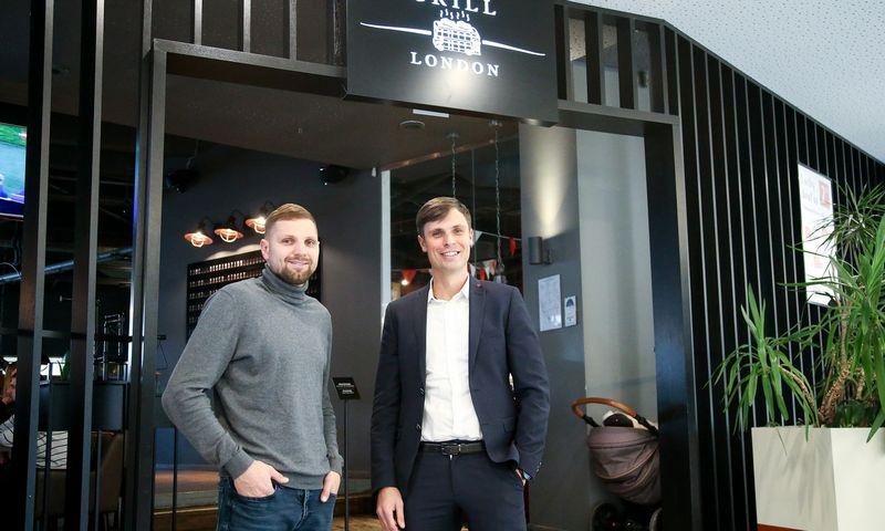 """Andrius Lavrinavičius (dešinėje) ir Edvinas Juškauskas, """"Grill London"""" bendraturčiai, sako, kad sprendimą investuoti į nuosavą gamybos bazę priėmė įvertinę ir plėtrą, šiemet Lietuvoje planuojama atidaryti 6 naujus restoranus. Vladimiro Ivanovo (VŽ) nuotr."""