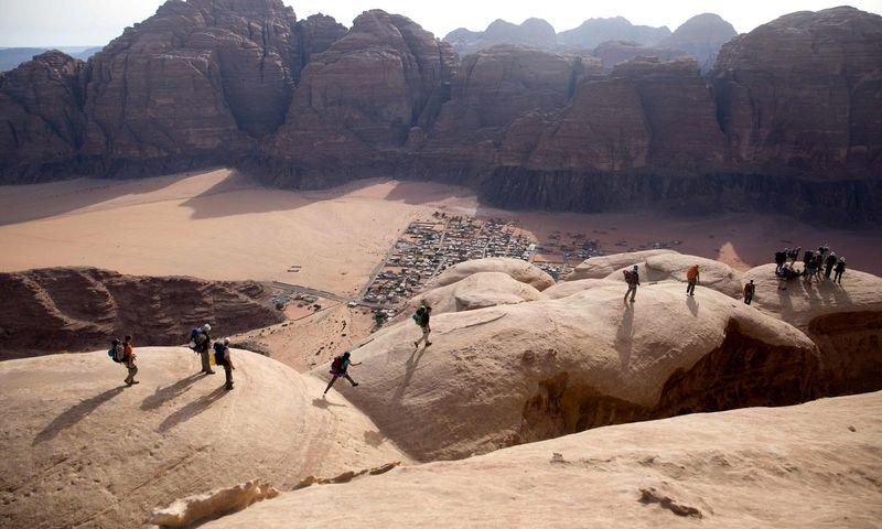 """Wadi Rum dykuma pietinėje Jordanijoje įtraukta į UNESCO pasaulio paveldo sąrašą. Menahem Kahana/""""Scanpix"""" nuotr."""