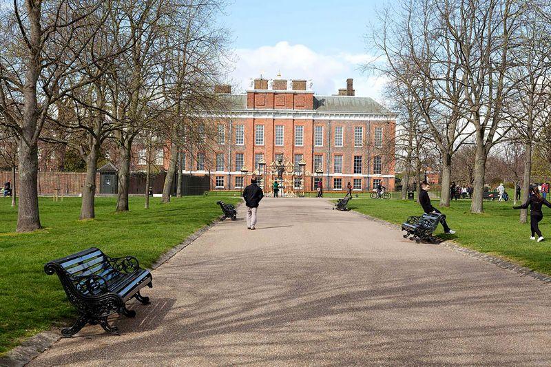 Kone visi namai Kensingtono rūmų soduose, itin saugioje gatvėje greta Kensingtono rūmų, kuriuose gyvena princai Williamas ir Harry'is, parduodami neskelbiant viešai. Vidutiniškai namas kainuoja 33 mln. GBP.  www.royalparks.org.uk nuotr.