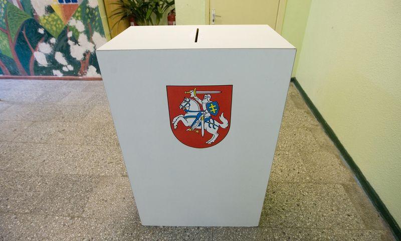 Kadaise visose rinkimų apylinkėse stovėjo tik medinės balsadėžės, tačiau nuo 2015-ųjų jas išstūmė permatomo plastiko urnos. Vladimiro Ivanovo (VŽ) nuotr.