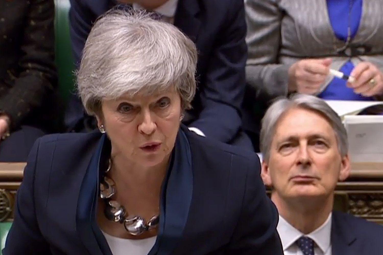 """Th. May suteiks progą JK parlamentarams balsuoti dėl trijų """"Brexit""""variantų"""