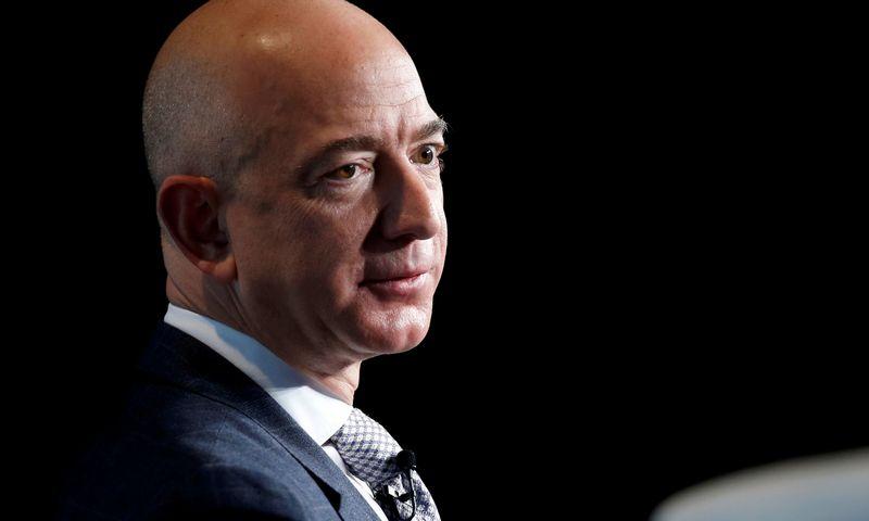"""Jeffui Bezosui teks pasistengti, kad labdarai skirtomis lėšomis prilygtų Billui ir Melindai Gatesams, kurie jau paaukojo 45 mlrd. USD. Joshua Robertso (""""Reuters"""" / """"Scanpix"""") nuotr."""