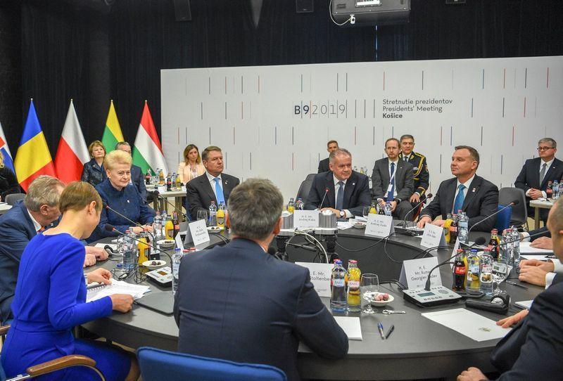 Prezidentė Dalia Grybauskaitė dalyvavo Slovakijoje vykusio vadinamojo Bukarešto devintuko valstybių vadovų susiikime su NATO generaliniu sekretoriumi Jensu Stoltenbergu. Roberto Dačkaus (Prezidento kanceliarija) nuotr.