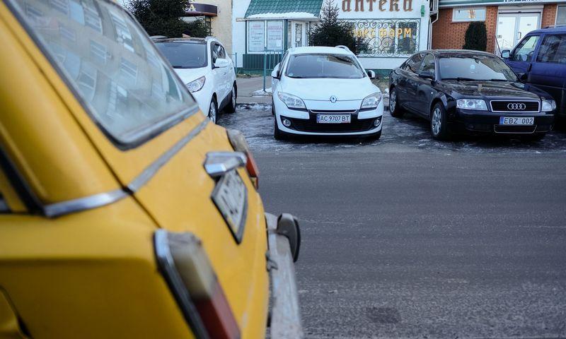 Ukraina nusprendė atsikratyti šalyje važinėjančių, bet kitose šalyse registruotų automobilių. Vladimiro Ivanovo (VŽ) nuotr.