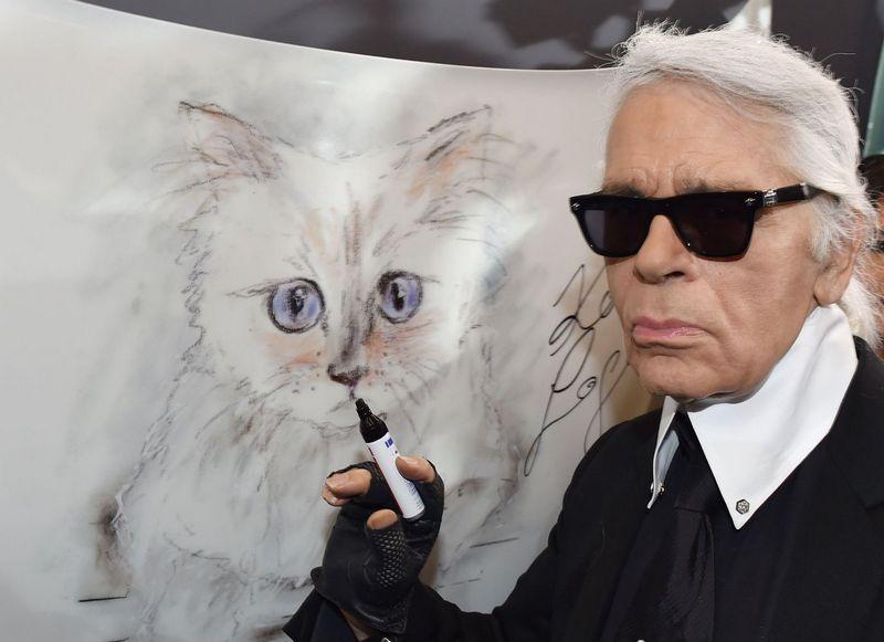 "Karlas Lagerfeldas prie katės Choupette portreto., Jens Kalaene (AFP/""Scanpix"") nuotr."