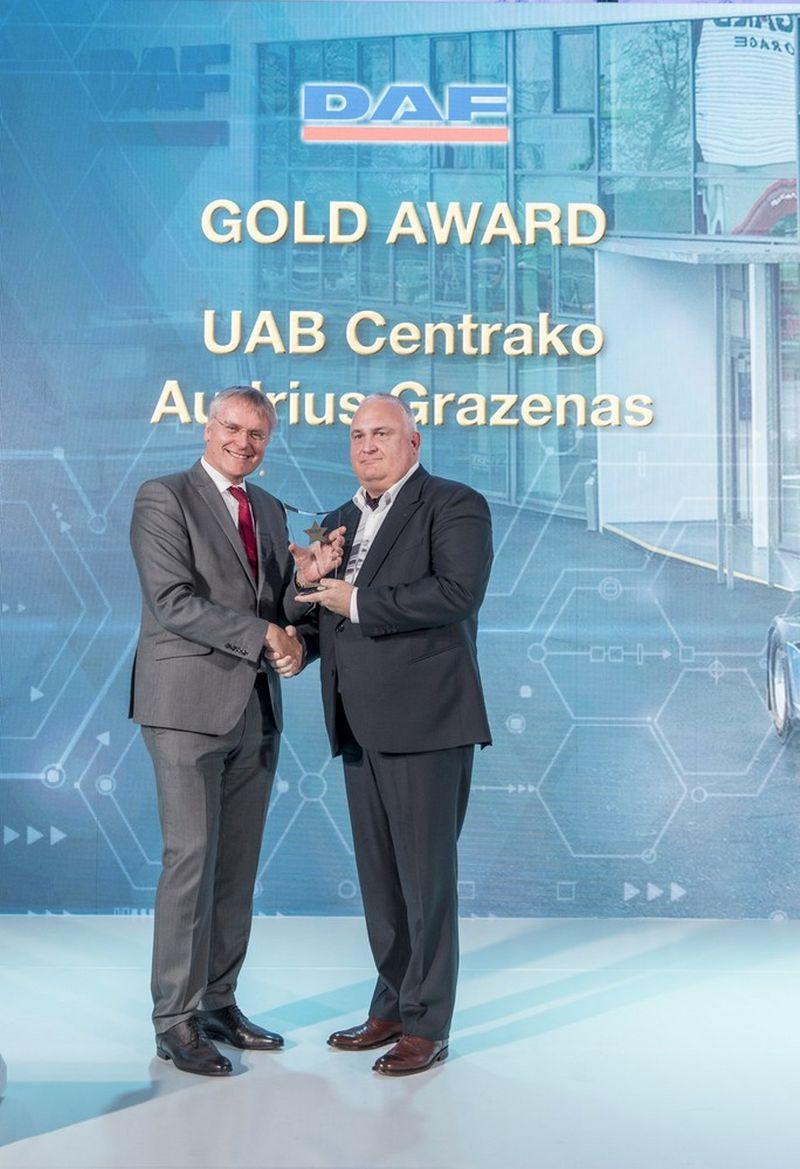 """Apdovanojimą """"2019 Gold Award Winner"""" už glaudų ir sėkmingą bendradarbiavimą su DAF gamykla serviso, detalių, naujų ir naudotų sunkvežimių prekybos srityse atsiima Audrius Kęstutis Gražėnas (dešinėje), UAB """"Centrako"""" direktorius."""