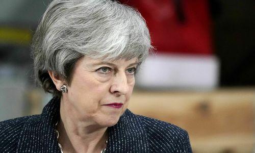 """Th. May bando gelbėti skęstantį """"Brexit"""" susitarimą"""