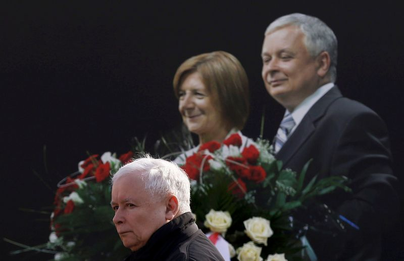"""Jarosławas Kaczyńskis teigia, jog nori, kad jo brolio dvynio Lecho vardu pavadintas institutas taptų stipriausia Lenkijos dešiniųjų strateginės analizės organizacija. """"Reuters"""" nuotr."""
