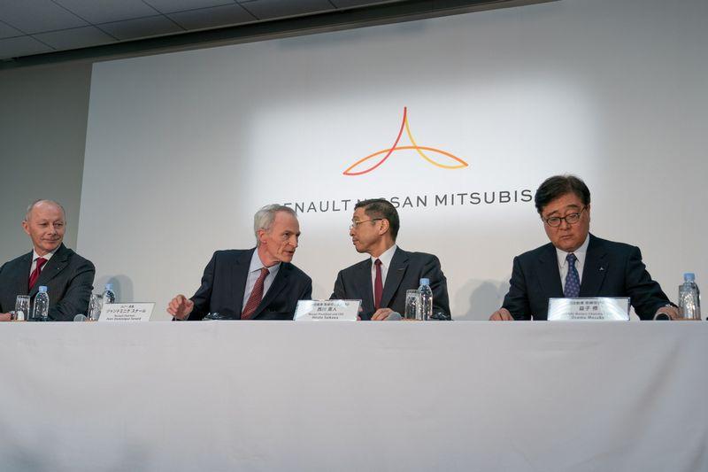 """Iš kairės: Thierry Bollore, Jeanas-Dominique Senardas, Hiroto Saikawa ir Osamu Masuko.  """"Reuters"""" / """"Scanpix"""" nuotr."""